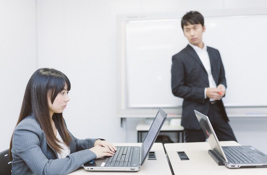 新入社員に日報の書き方を指導する画像