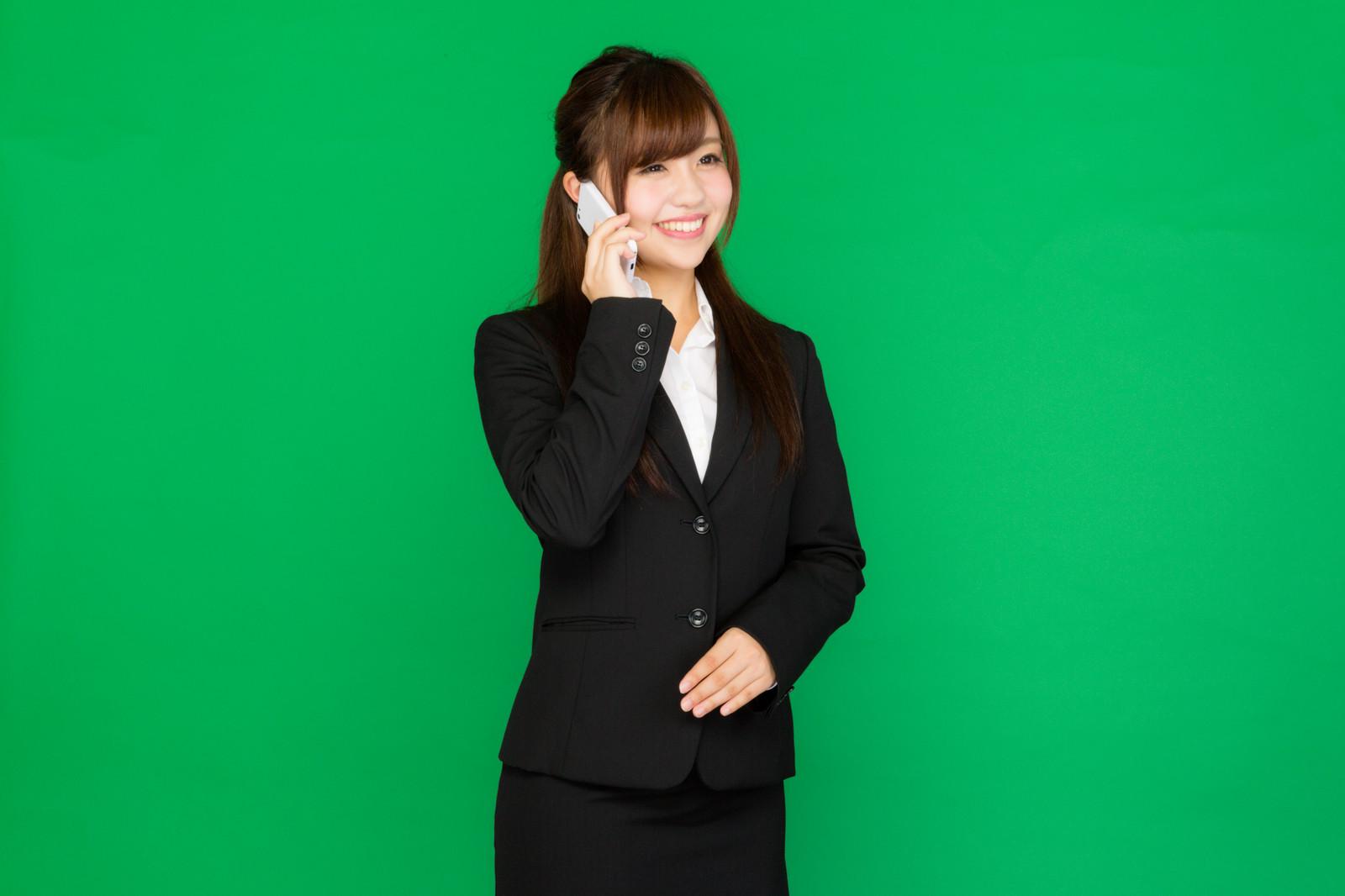 新入社員が電話に出てくれる画像